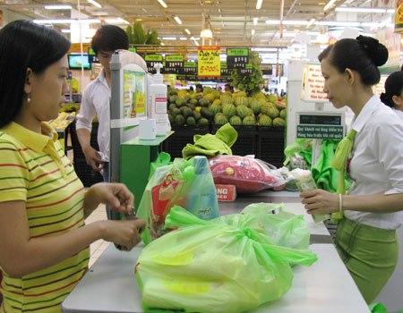 Người tiêu dùng vẫn có thói quen sử dụng túi nilon. Ảnh: Bạch Hường